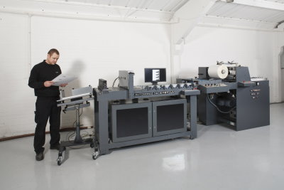 Digitale Partielle UV-Lackiermaschine Autobond SUV in Linie mit Cellophaniermaschine